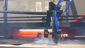 木激光切割机工作 4K 股票视频
