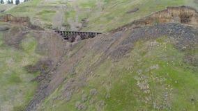 木火车支架在爱达荷森林里横渡一个峡谷 股票录像