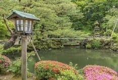 木灯笼在日本庭院里 免版税库存图片