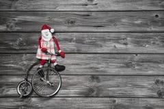 木灰色背景的滑稽的红色圣诞老人在购买的仓促 免版税库存照片