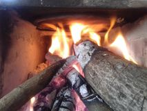 木灼烧的火炉的照片在使用中 免版税库存照片
