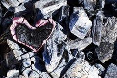木炭、灼烧的心脏在灰和燃烧的爱 库存照片
