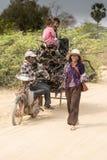 木炭收集者家庭在暹粒附近的 免版税库存图片