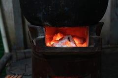 木炭木头烧与在葡萄酒火炉whe的火 免版税库存照片