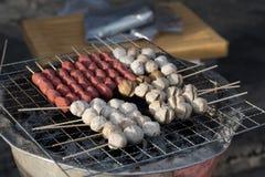 木炭格栅香肠和丸子 库存图片