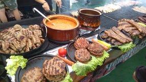 木炭烤了自然食物 乡下斯拉夫的汇聚 免版税库存照片