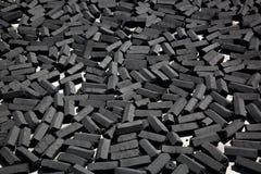 木炭由椰子壳背景做的组装酒吧 图库摄影