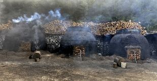 木炭的生产以传统方式 库存照片
