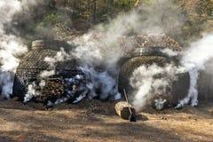 木炭的生产以传统方式 库存图片