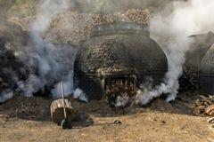 木炭的生产以传统方式 图库摄影