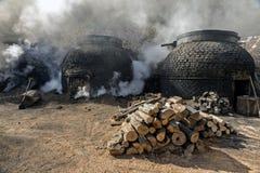 木炭的生产以传统方式 免版税图库摄影