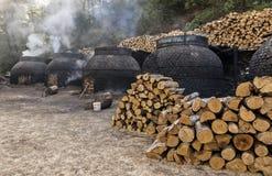 木炭的生产以传统方式 免版税库存照片
