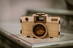 木照相机坐书桌 免版税图库摄影