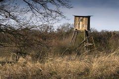 木猎人高位子在森林掩藏 免版税库存照片