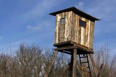 木猎人高位子在森林掩藏 免版税库存图片