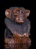 木猴子的雕象 图库摄影