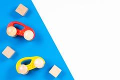 木玩具汽车和砖在五颜六色的背景 免版税图库摄影