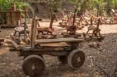 木玩具汽车在庭院里 免版税库存图片