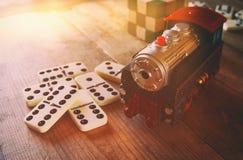 木玩具火车和多米诺在木桌 库存图片