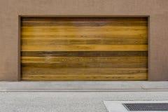 木现代两辆汽车车库门 免版税库存照片