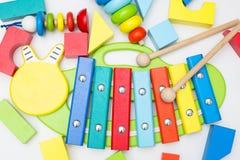 木琴和其他木玩具在白色背景 平的位置 免版税库存照片