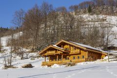木瑞士山中的牧人小屋在冬天 免版税库存照片