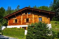 木瑞士山中的牧人小屋在夏慕尼 免版税库存照片