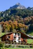 木瑞士山中的牧人小屋在瑞士阿尔卑斯的昂热尔贝格 库存图片