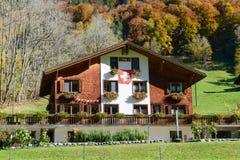 木瑞士山中的牧人小屋在瑞士阿尔卑斯的昂热尔贝格 免版税库存图片