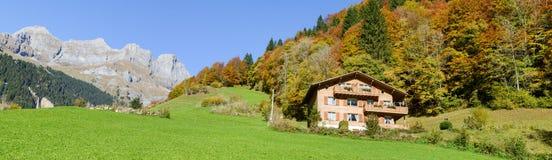 木瑞士山中的牧人小屋在瑞士阿尔卑斯的昂热尔贝格 库存照片