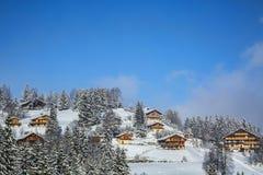 木瑞士山中的牧人小屋手段 免版税库存照片