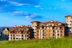 木瑞士山中的牧人小屋旅馆房子和夏天山全景保加利亚滑雪胜地的班斯科,保加利亚 库存照片