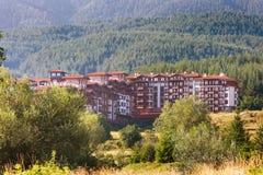 木瑞士山中的牧人小屋旅馆房子和夏天山全景保加利亚滑雪胜地的班斯科,保加利亚 免版税库存图片