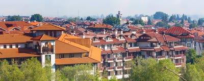木瑞士山中的牧人小屋旅馆房子和夏天山全景保加利亚滑雪胜地的班斯科,保加利亚 图库摄影
