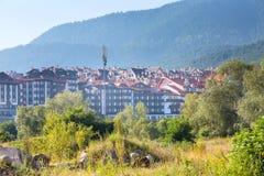木瑞士山中的牧人小屋旅馆房子和夏天山全景保加利亚滑雪胜地的班斯科,保加利亚 免版税库存照片