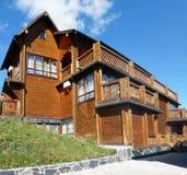 木瑞士山中的牧人小屋 免版税库存图片