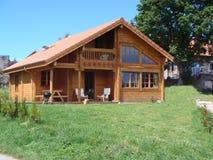 木瑞士山中的牧人小屋 免版税库存照片