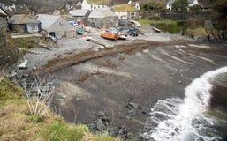 木瓦海滩和渔船在Cadgwith 免版税图库摄影