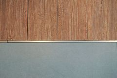 木瓦片和颜色墙壁 免版税库存照片