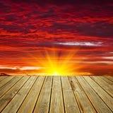 木甲板地板和日落天空 免版税图库摄影