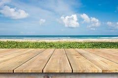 木甲板桌面和番薯属在海滩 库存图片