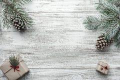 木白色背景,圣诞节,云杉,礼物 免版税库存照片