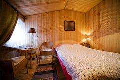 木的卧室 免版税库存照片