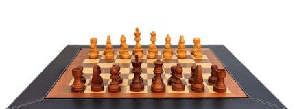 木的国际象棋棋局 皮革框架,看法,细节,白色背景的关闭 免版税库存图片