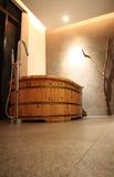 木的浴缸 免版税库存照片