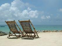 木的海滩睡椅 免版税库存照片