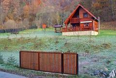 木的瑞士山中的牧人小屋 免版税库存照片