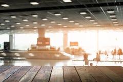 木的表 等待fo的旅客模糊的抽象背景  免版税图库摄影