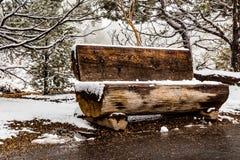 木的长凳 免版税库存照片