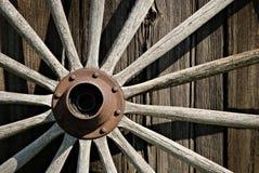 木的马车车轮 免版税库存照片